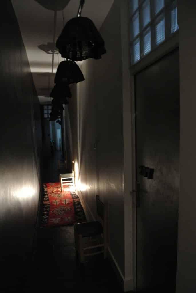 Accés aux chambres par un couloir aux lumières étranges...